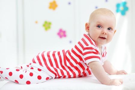 bebe gateando: Imagen de un hermoso bebé en su casa Foto de archivo