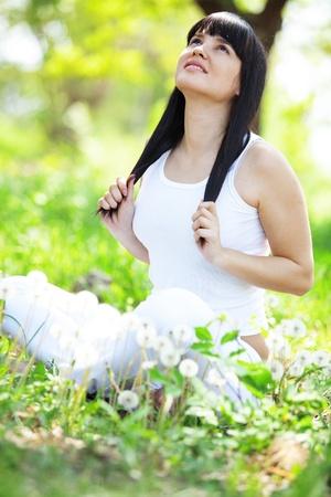 Mujer hermosa joven que descansa sobre la hierba verde fresca Foto de archivo - 13560236