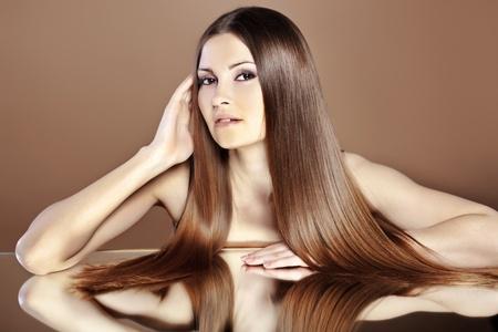 cabello lacio: Retrato de mujer joven hermosa con el pelo brillante de largo
