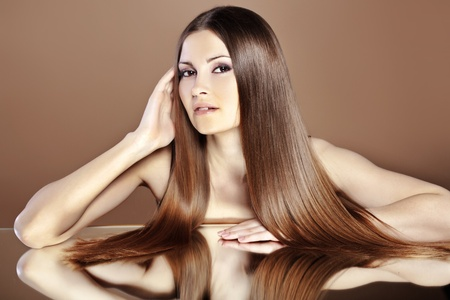 capelli dritti: Ritratto di giovane donna bellissima con i capelli lunghi lucido