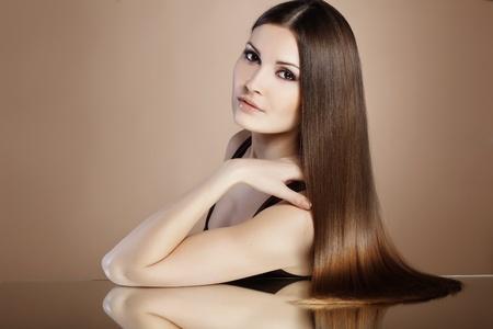 sch�ne frauen: Portrait der jungen sch�nen Frau mit langem Haar gl�nzend