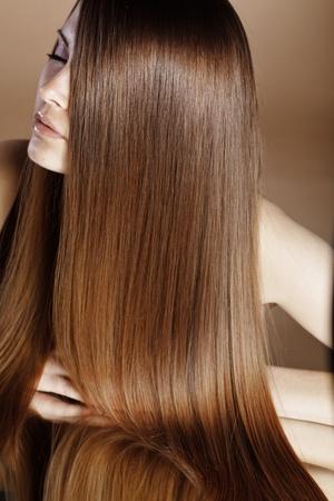 belle brunette: Portrait de belle jeune femme avec des cheveux brillant à long