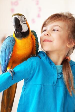 periquito: Retrato de una niña con su niño interno loro ara