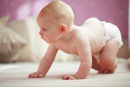 manos limpias: Imagen de un bebé que gatea en el pañal en el hogar Foto de archivo