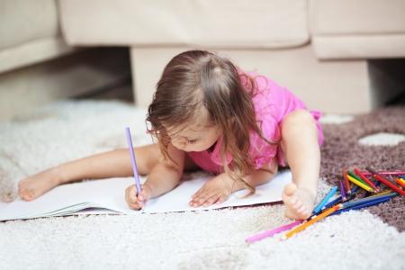 dessin enfants: Dessin enfant seul à la maison Banque d'images