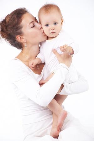 handkuss: Junge Mutter mit ihrem Baby in weiß