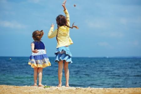 piedi nudi di bambine: Gruppo di bambini che giocano in spiaggia Archivio Fotografico