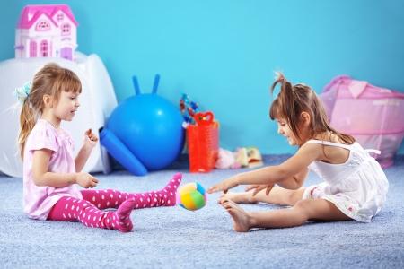 niñas jugando: Los niños que juegan en la guardería Foto de archivo