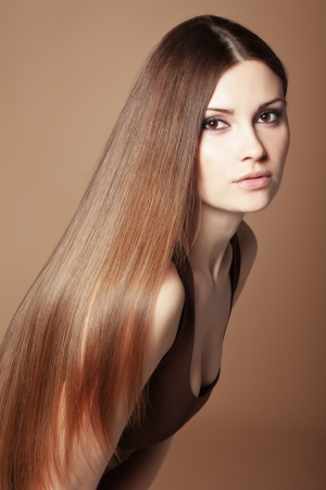 Portrait de belle jeune femme avec des cheveux brillants à long Banque d'images