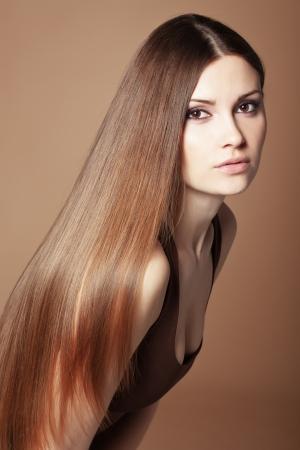 Retrato de mujer joven y hermosa con el pelo brillante largo Foto de archivo