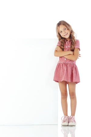 colegiala: Retrato de una muchacha niño con tablero en blanco para el texto personalizado