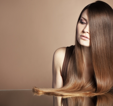 cabello lacio: Retrato de mujer joven y hermosa con el pelo brillante largo Foto de archivo