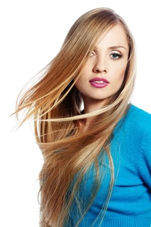 ragazze bionde: Ritratto di giovane bella donna con lunghi capelli biondi forte