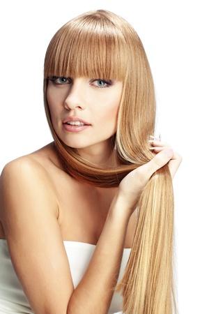 cabello lacio: Retrato de muchacha hermosa con el largo perfecto estudio brillante cabello rubio tiro aislado sobre fondo blanco