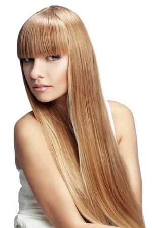 plan éloigné: Portrait de belle fille avec de longs cheveux parfaite studio de brillant blonde abattu isolé sur fond blanc
