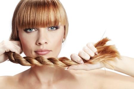 long shot: Ritratto della bella ragazza con perfetta campo lungo, lucente, biondi capelli in studio su sfondo bianco