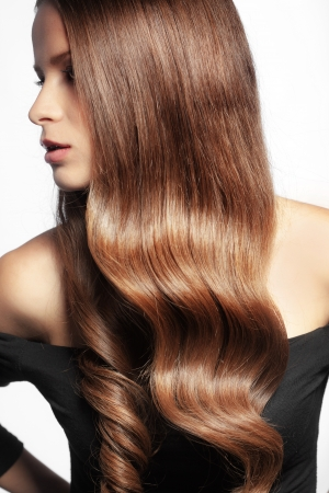 cabello rizado: Retrato de mujer joven y hermosa con el pelo brillante largo Foto de archivo