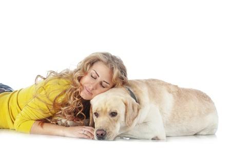 mujer con perro: Retrato de niña feliz con su perro aislado en el fondo blanco Foto de archivo
