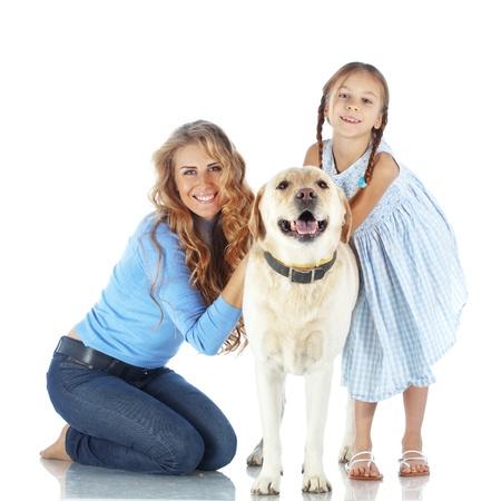 Retrato de mujer feliz y niña con un perro aislado en el fondo blanco