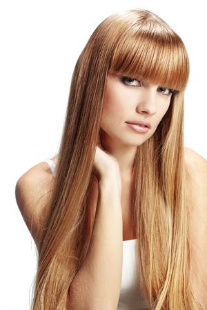 plan �loign�: Portrait de belle fille avec de longs cheveux parfaite studio de brillant blonde abattu isol� sur fond blanc
