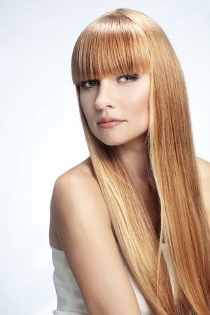 cabello lacio: Retrato de muchacha hermosa con el largo perfecto estudio brillante cabello rubio tiro