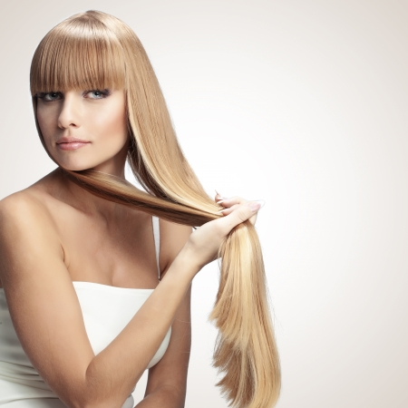 capelli lisci: Ritratto di bella ragazza con perfetta monolocale capelli biondi lucidi Long Shot
