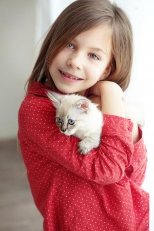 gato jugando: Inicio retrato de niño adorable con un pequeño gatito