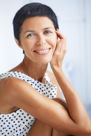 mujeres maduras: Retrato de la hermosa mujer de mediana edad