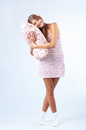 pijama: Hermosa chica adolescente sosteniendo una almohada estudio tiro Foto de archivo