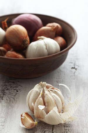 onions: La cebolla y el ajo en escena foco blanco de madera tabla rural selectivo