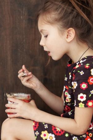 Portrait eines Kindes essen süßen hausgemachten Dessert mit Beeren