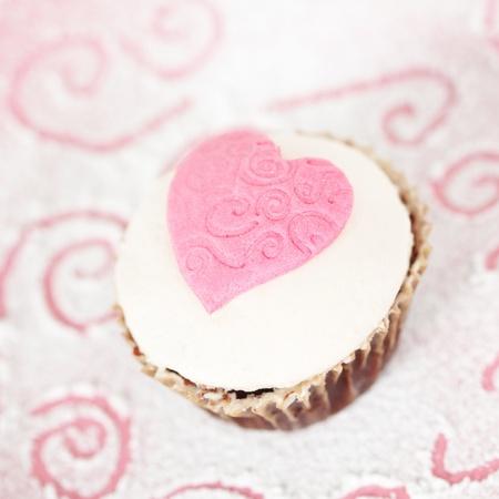 pasta di zucchero: Un cupcake con pasta di zucchero rosa cuore