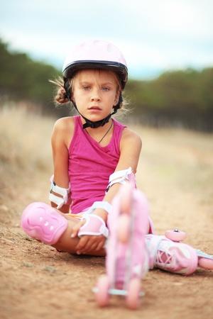 niño en patines: Lindo niño patinaje al aire libre en las vacaciones de verano Foto de archivo