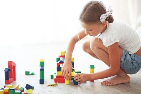 piramide humana: Niño que juega con los bloques en el hogar