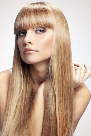 cabello rubio: Retrato de muchacha hermosa con el largo perfecto estudio brillante cabello rubio tiro