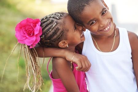 ni�os hablando: Retrato de ni�os felices jugando al aire libre