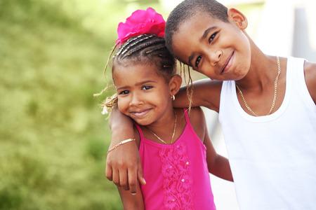 niños negros: Retrato de niños felices jugando al aire libre