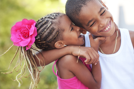 hermanos jugando: Retrato de ni�os felices jugando al aire libre