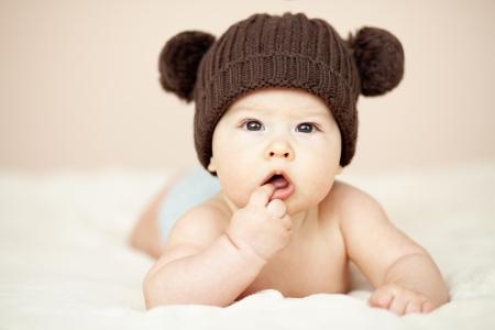 ojos marrones: Retrato de un lindo 3 monthes bebé acostado en una manta
