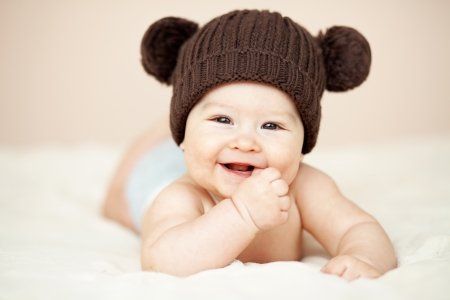 毛布の上に横たわってかわいい 3 ヵ月の赤ちゃんの肖像画