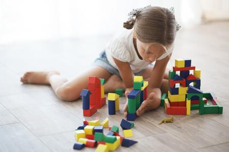 juguetes de madera: Ni�o jugando con bloques en el hogar