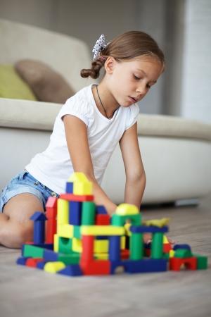 piramide humana: Niño jugando con bloques en el hogar