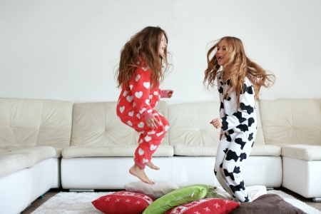 casa: Bambini in morbido pigiama caldo gioca in casa