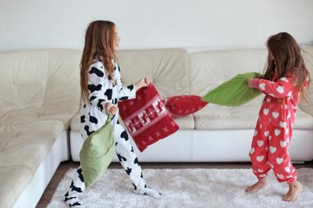 tonto: Los niños en pijama caliente suave jugando en casa