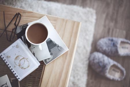 стиль жизни: Натюрморт детали, чашка кофе и ретро старинных черно-белых фотографий Фото со стока
