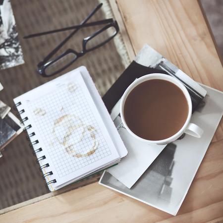一杯のコーヒーとレトロなビンテージ白黒写真静物詳細