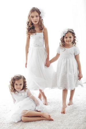 florecitas: Hijitos hermosas con vestidos de flores niña Foto de archivo