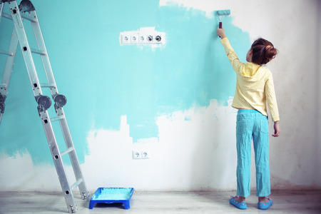 7 歳女児が自宅で壁を塗るスタイルの調子を整える 写真素材 - 25845064