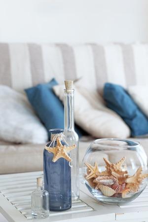 Idee van het interieur met zeesterren en glazen flessen