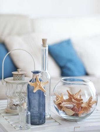 Idea de decoración con estrellas de mar y botellas de vidrio Foto de archivo
